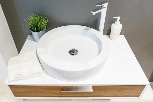 Intérieur de la salle de bain avec lavabo et robinet.