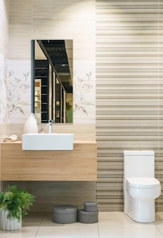 Intérieur de salle de bain moderne au premier plan du lavabo de comptoir utilisant des matériaux naturels.