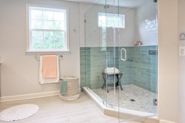 Intérieur d'une salle de bain moderne avec une cabine de douche