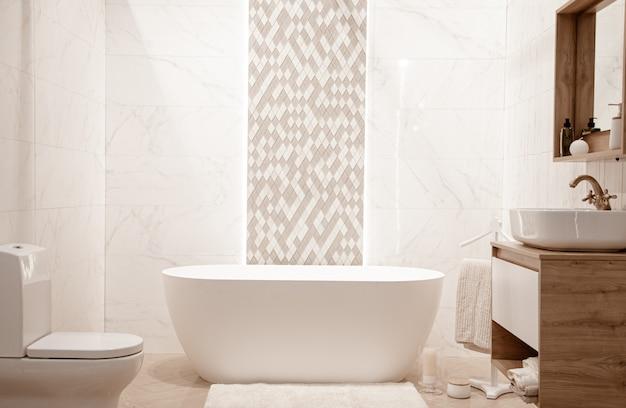 Intérieur de salle de bain moderne avec des éléments décoratifs.