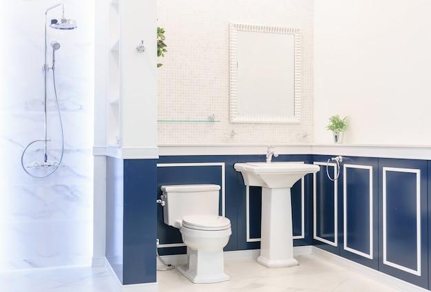Intérieur de la salle de bain avec des murs blancs
