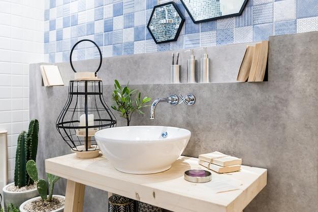 Intérieur de la salle de bain avec robinet lavabo et miroir. design moderne de la salle de bain.