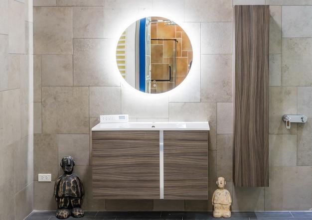 Intérieur de la salle de bain avec robinet lavabo et miroir.