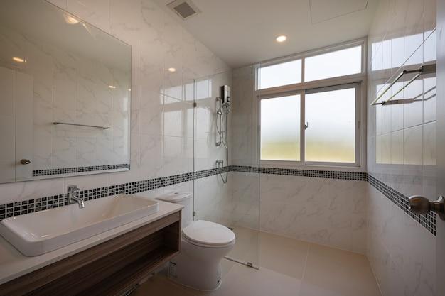 Intérieur de la salle de bains moderne avec baignoire et lavabo dans un hôtel