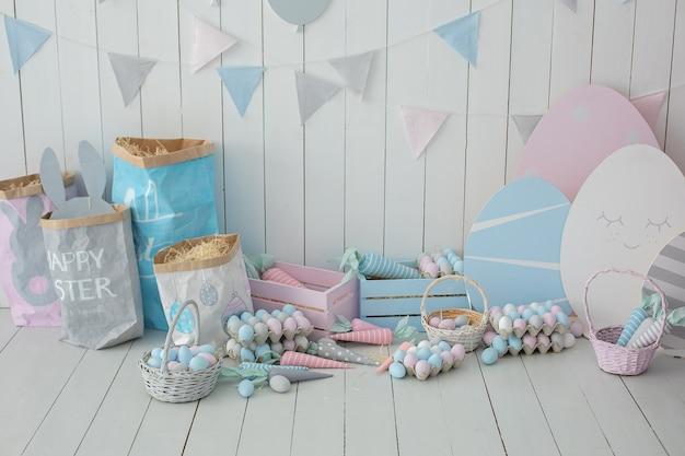 Intérieur de la salle de pâques paniers avec œufs de pâques et carottes décoration de la maison de printemps chambre des enfants