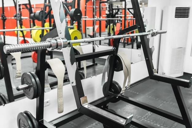 Intérieur de la salle de sport avec équipement