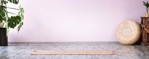 Intérieur de la salle de sport avec tapis de yoga en bambou jaune, fleur tropicale monstera, pas de peuple. espace de copie
