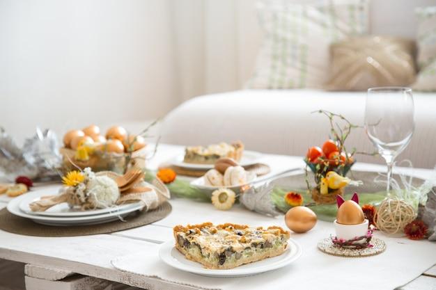 L'intérieur de la salle avec une table de fête de pâques