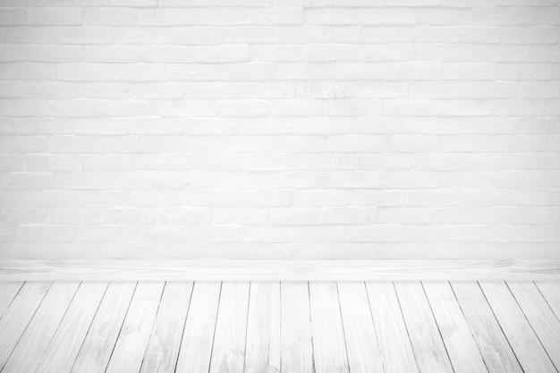 Intérieur de la salle vintage avec mur de briques blanches.