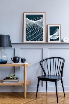 Intérieur de salon scandinave élégant avec chaise noire design, console en bois, plantes aériennes, livre, décoration, affiche sur l'étagère et accessoires élégants dans une décoration moderne.