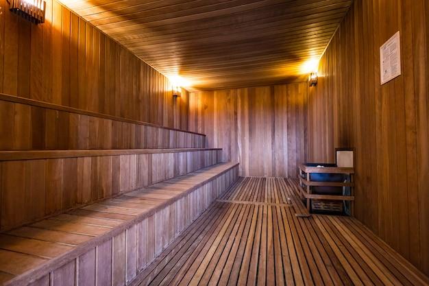 Intérieur d'un sauna en bois