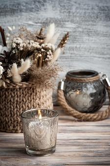Intérieur scandinave avec des fleurs sèches et des bougies allumées dans un arrangement minimaliste