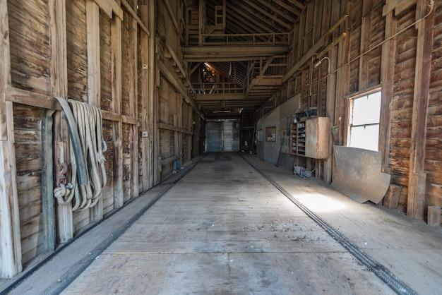 L'intérieur d'un silo à grains abandonné dans les prairies en saskatchewan, au canada