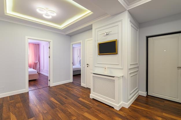 Intérieur spacieux de couloir de luxe dans le cadre d'un grand studio