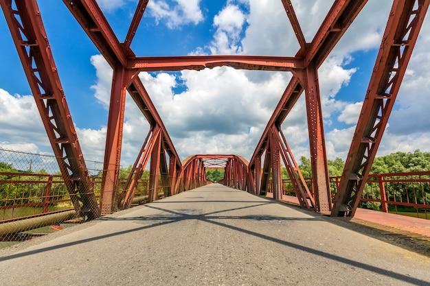 Intérieur de la structure métallique d'un pont en journée ensoleillée. perspective à l'infini sur le pont en ukraine