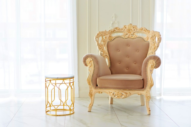 Intérieur de style baroque, empire. chambres aux couleurs vives: sol en marbre, grandes fenêtres, petit canapé, lustre