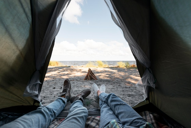 À l'intérieur sur une tente avec vue extérieure