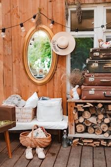 Intérieur de la terrasse rustique en bois confortable de campagne d'été avec des accessoires vintage