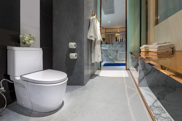 Intérieur de la toilette moderne dans la salle de bain.