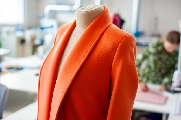 Intérieur de l'usine de confection ferme l'atelier de fabrication avec plusieurs machines à coudre industrie de la couture