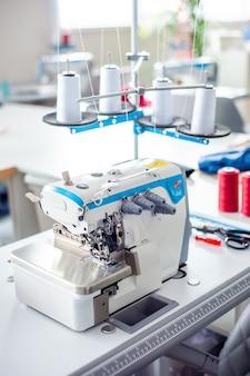 Intérieur de l'usine de confection ferme l'atelier de fabrication avec plusieurs machines à coudre