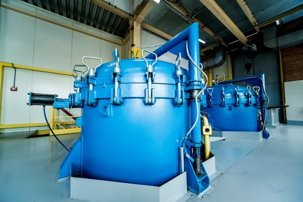 Intérieur de l'usine d'huile naturelle moderne. la tuyauterie, les pompes et les moteurs