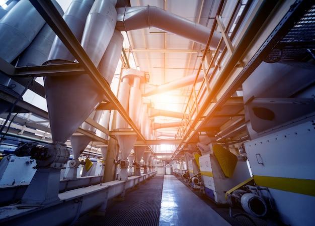 Intérieur de l'usine de pétrole naturel moderne. la tuyauterie, les pompes et les moteurs