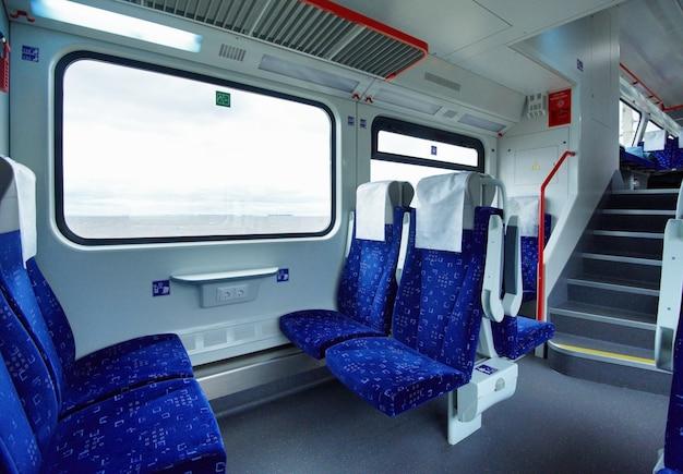 Intérieur vide du train à impériale interurbain de classe confort