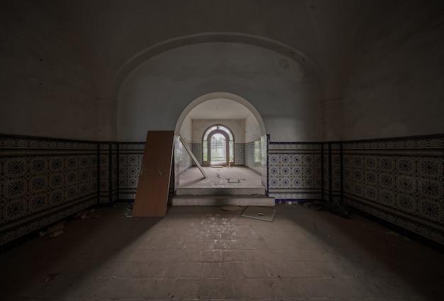 Intérieur vide d'un manoir majestueux abandonné