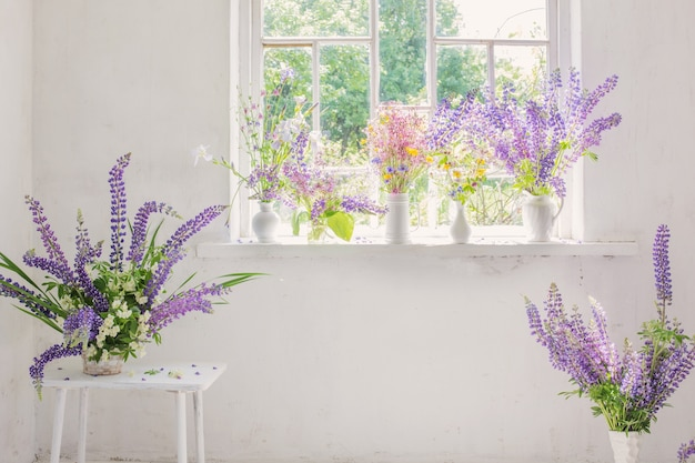 Intérieur vintage blanc avec des fleurs