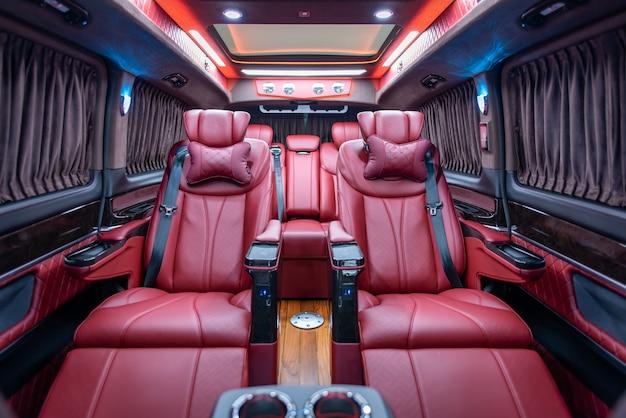 Intérieur de voiture agréable et luxueux