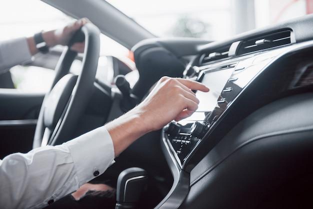 Intérieur de la voiture - appareils, le concept de conduite.