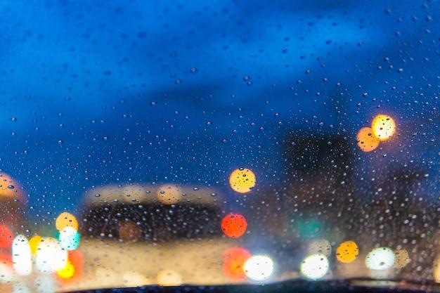 À l'intérieur de la voiture en cas de pluie et d'embouteillages