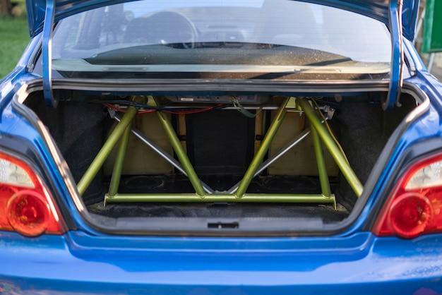 L'intérieur de la voiture de course de sport avec le boîtier ou la cage en métal, système de protection anti-roulis