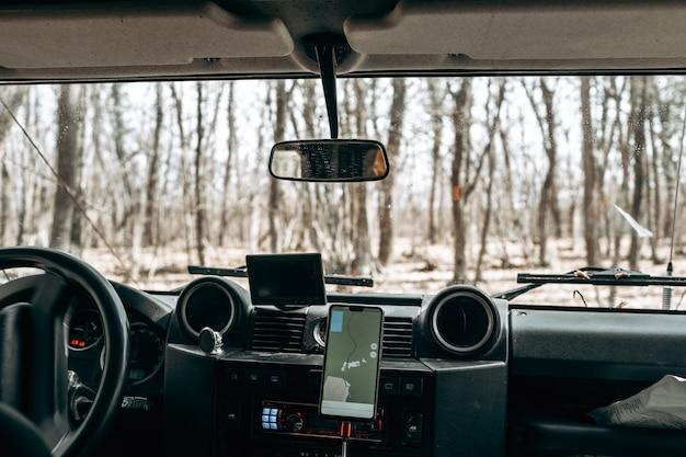 Intérieur de voiture à l'intérieur de la voiture hors route personne