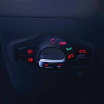 Intérieur de voiture avec interrupteur d'éclairagele bouton d'éclairage dans la voiture bouton de commutateur de commande de console de phare multifonction