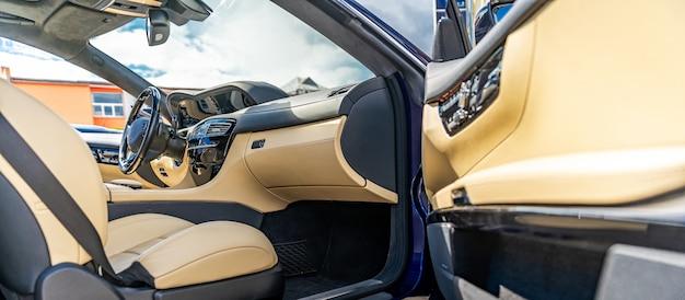 Intérieur d'une voiture de luxe, matériaux nobles et finition de qualité