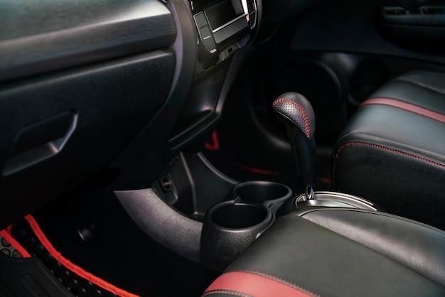 Intérieur de voiture de luxe moderne dans les tons sombres