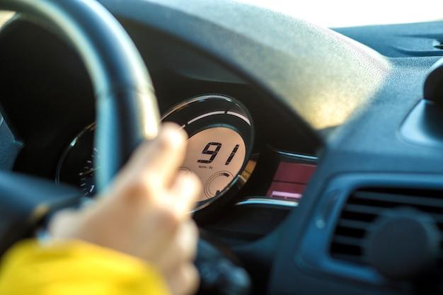 Intérieur de voiture moderne avec la main du conducteur sur le volant
