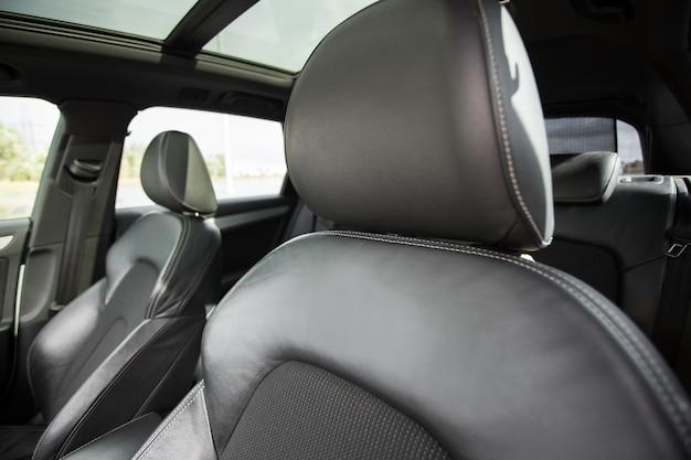 Intérieur de voiture moderne avec sièges en cuir noir