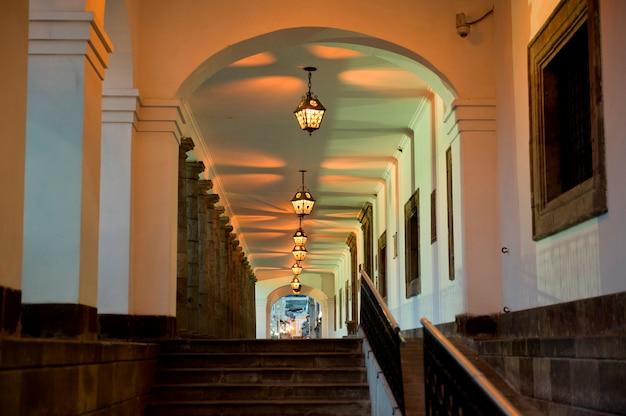 Intérieurs d'un centre historique, casa de gobierno de ecuador, quito, équateur