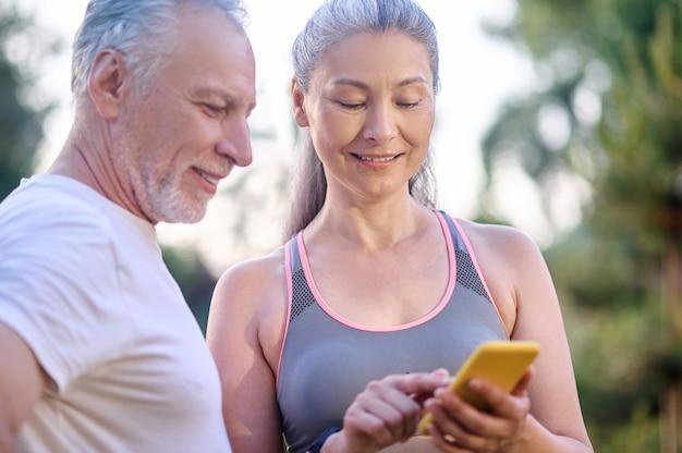 Sur internet. un couple d'âge mûr vérifiant quelque chose en ligne et semblant intéressé