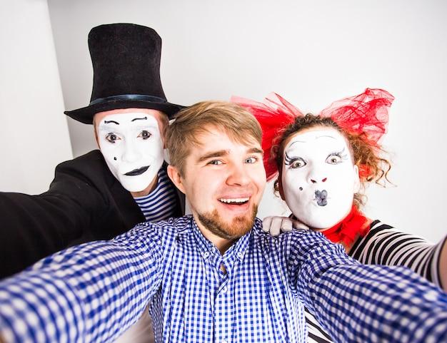 Internet technologie et concept de bonheur. jeunes hommes et mime prenant selfie photo selfie avec appareil photo smartphone
