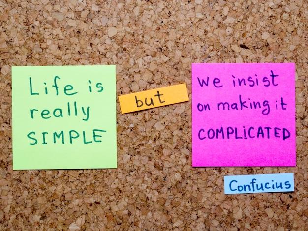 Interprétation célèbre de citation de confucius avec des notes d'autocollant sur le panneau de liège