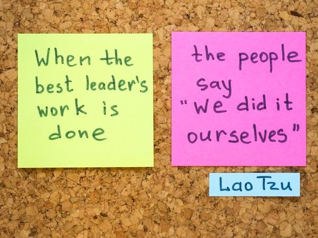Interprétation célèbre de citation de lao tseu avec des notes d'autocollant sur le panneau de liège