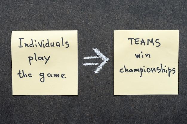 Interprétation célèbre de proverbe avec des notes autocollantes sur le tableau noir sur le travail d'équipe