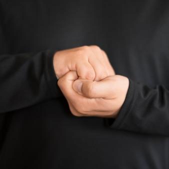 Interprète en gros plan communiquant par la langue des signes