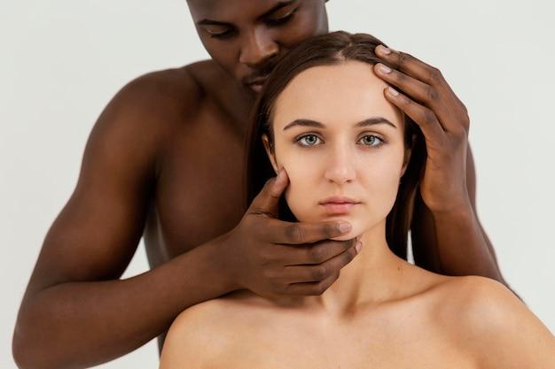 Interracial personnes posant gros plan