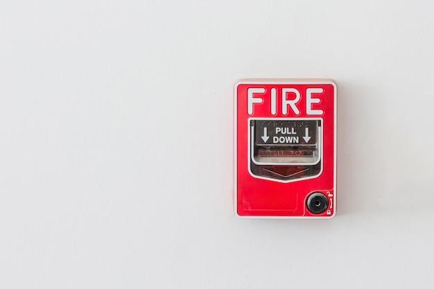 Interrupteur d'alarme incendie sur un mur blanc comme arrière-plan pour le système d'avertissement et de sécurité
