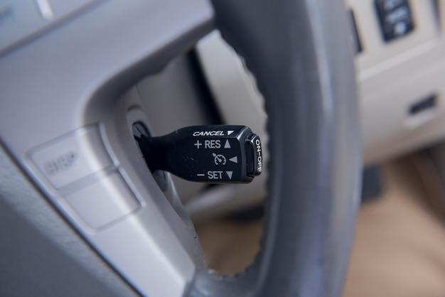 Interrupteur automatique d'accélérateur dans la voiture